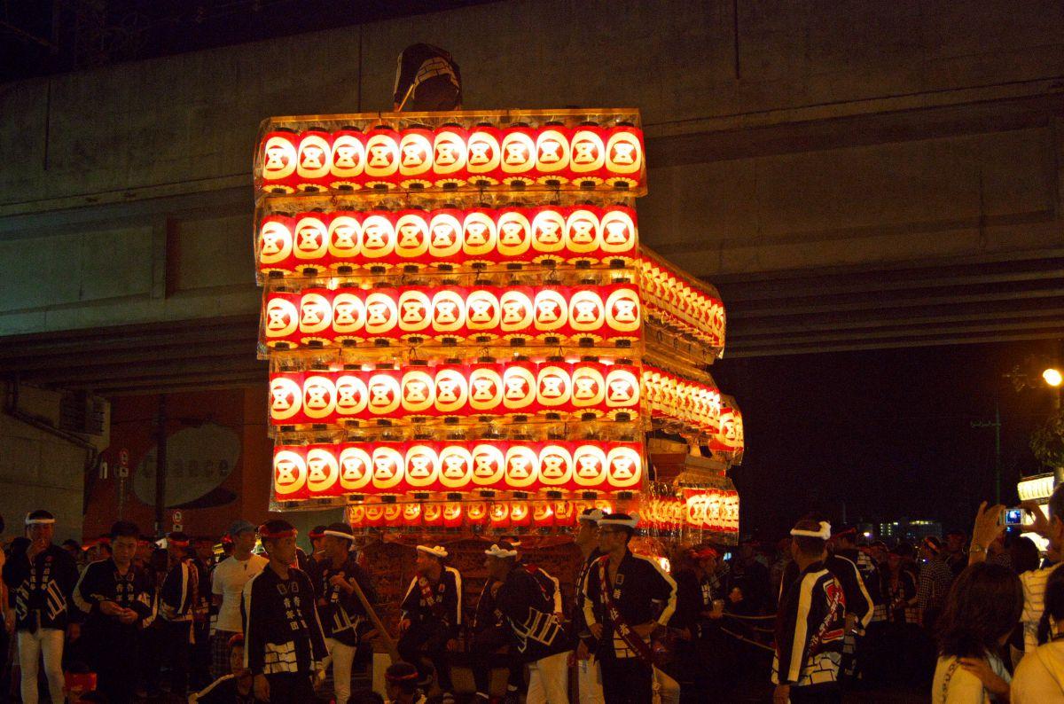 岸和田だんじり祭り 灯入れ曳行 全景 | 行事 > 祭り | GANREF