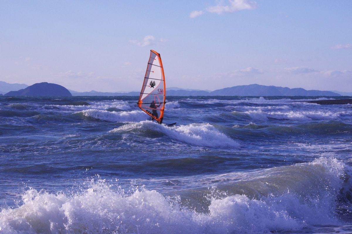 荒れた波をものともせず | スポーツ > ウォータースポーツ | GANREF