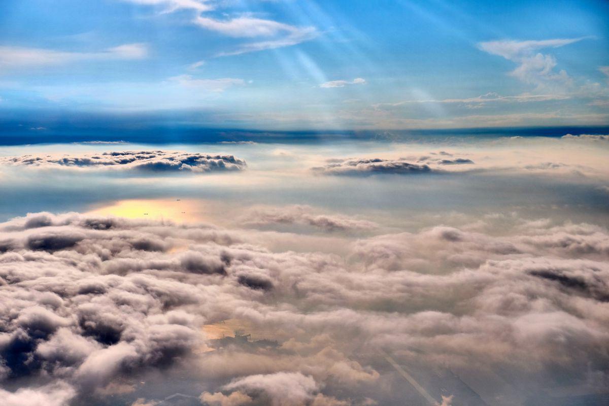 雲の上の景色 | 自然・風景 > 空・雲 | GANREF