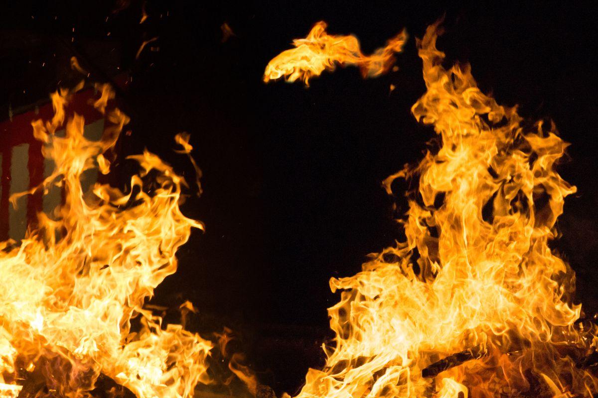炎の対決(合成)=お気に入り不要 | 行事 > 正月 | GANREF
